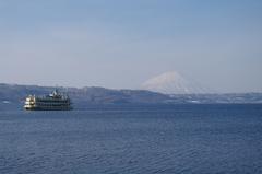 春の洞爺湖と遊覧船.JPG